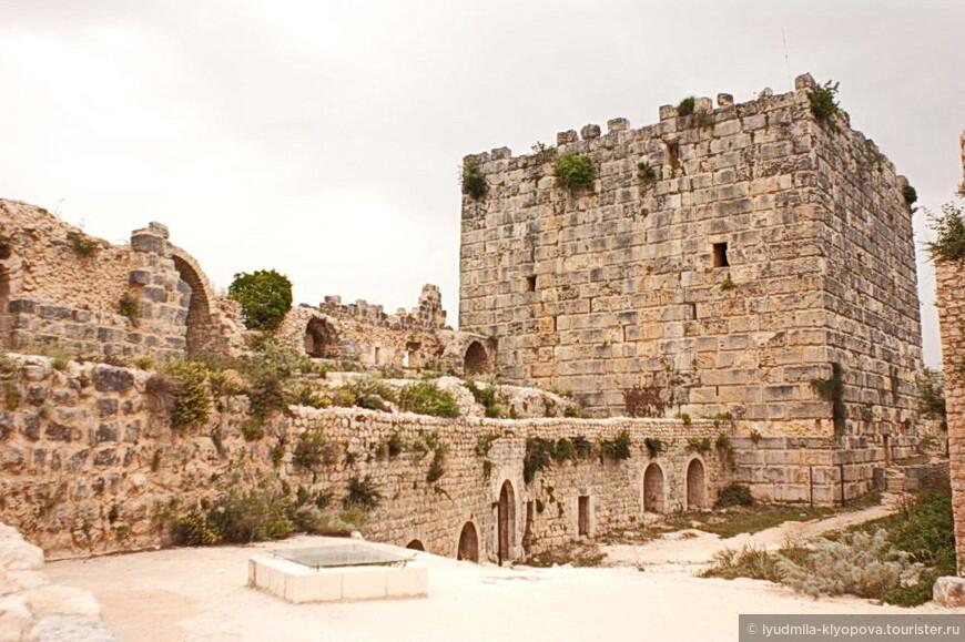 Цитадель Салах ад-Дина расположена в 30 км к востоку от города Латакия. До постройки крепости здесь было уже было укрепление (10 в.). Ещё в I тысячелетии до н.э. это место было облюбовано финикийцами. Стратегически выгодное положение на высоком холме привлекло и  византийцев: в 975 году император Иоанн I Цимисхий захватил это укрепление. Франки взяли его под свой контроль в начале 12 века.