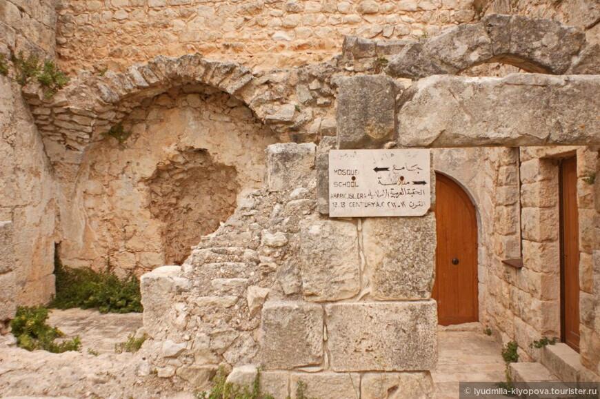 Музейная табличка указывает на мечеть и медресе.