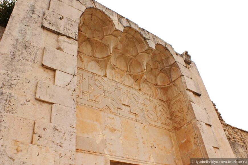 В 1280 году крепость была захвачена  губернатором Дамаска, но возвращена султану Мамлюку Калауну в 1287 году. В крепости появились здания, построенные мусульманами в периоды Мамлюков и Айюбидов, например эта мечеть.