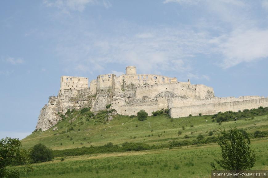 Строили Спишский замок, как и надо полагать, сверху вниз. Вот самая старая башня наверху — 13 века. Потом вокруг неё появился дворец (сейчас там музей), а за ним укрепления — одно за одним. Замок переходил от одних владельцев к другим (еще бы — за столько веков), и каждая семья что-то достраивала или переделывала.