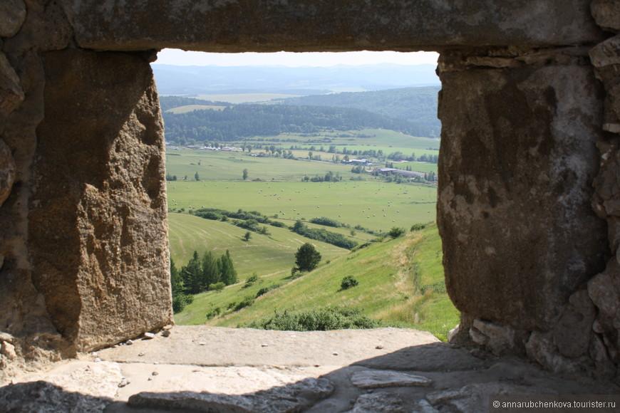"""Фотографий """"из окошка"""" в Спишском замке можно наделать, сколько душе угодно: и окошек много, и пейзажей"""