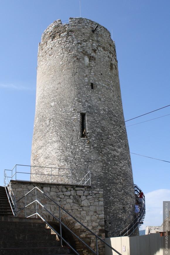 Башня, кстати, получила название «Не бойся». Попасть в неё можно было только по деревянному мосту на второй этаж: мост сжигался в случае осады, и башня становилась неприступной. Впрочем, и сегодня башня не очень проста для подъёма: на самый верх ведут высокие ступени внутри стены в сочетании с узким проёмом — это не для слабых и нервных.