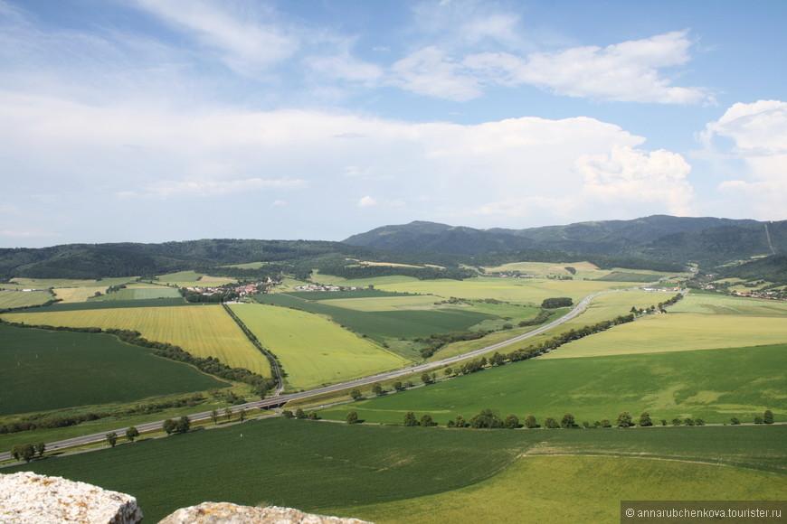 Самое поразительное в Словакии, на мой взгляд, это аккуратные, ухоженные поля — каждый клочок земли занят, даже там, где, казалось бы, все должно быть заточено только под туриндустрию. И эти жёлтые и зелёные пятна перерезают воздушные эстакады — сверху вид завораживает.