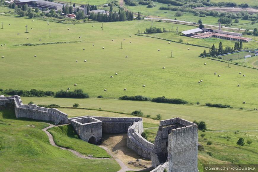 История замка по сути закончилась в начале 18 века, когда его хозяева покинули, оставив на нерадивую охрану. А в 1780 году он и вовсе умер — случился грандиозный пожар, и непокорённый замок (а он, правда, был таким, отразил даже нападение монголо-татар в своё время) превратился в руины.