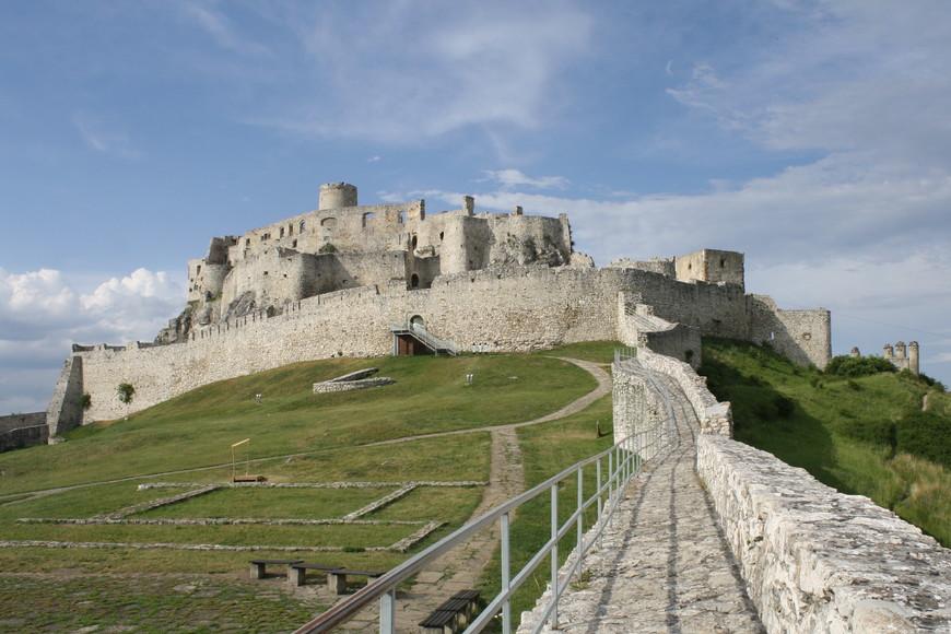 Камешками выложены места бывших строений. Так что Нижний замок — это вовсе не пустое поле было.