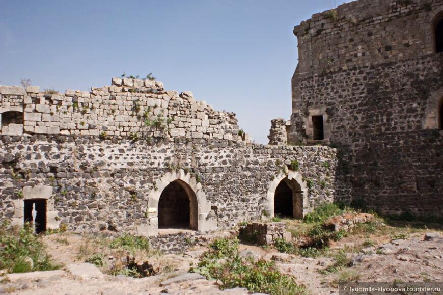 Крепость включала в себя развитую сеть внутренних дворов, многочисленные хранилища припасов, скрытые внутри скалы, в том числе огромный 120-метровый зал, в котором хранились сокровища, резервуар с запасом воды.