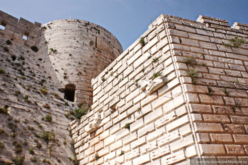 Крепость Крак де Шевалье расположена в 60 км к западу от Хомса, в котором в последние годы шли боевые действия. Конечно, такое укрепление не могли не использовать. В Википедии написано, что в результате высокоточного авиаудара была разрушена одна из башен, остальное более или менее сохранено.