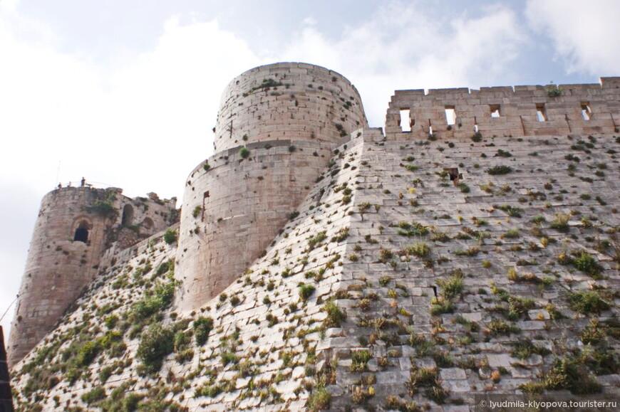 В 1110 году крестоносцам пришлось повторно штурмовать крепость, вновь занятую во время их отсутствия курдами. В 1142 году замок был передан Ордену Госпитальеров, и крепость начала развиваться. Госпитальеры построили новую внешнюю стену толщиной от 3 до 30 метров, добавив к крепости 7 сторожевых башен. Скошенное утолщение, расположенное у основания стены, защищало её от возможного подкопа или подрыва.
