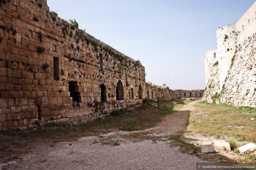 Система укреплений крепости состояла из двух концентрических кругов достаточно толстых стен. Оборона внешних стен осуществлялась с территории нижнего двора, а защитники внутренних укреплений крепости отбивались от нападавших из башен и с территории верхнего двора.