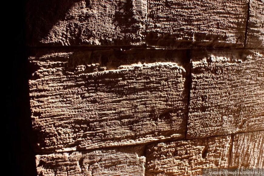 А здесь хорошо видна структура обработанного камня.