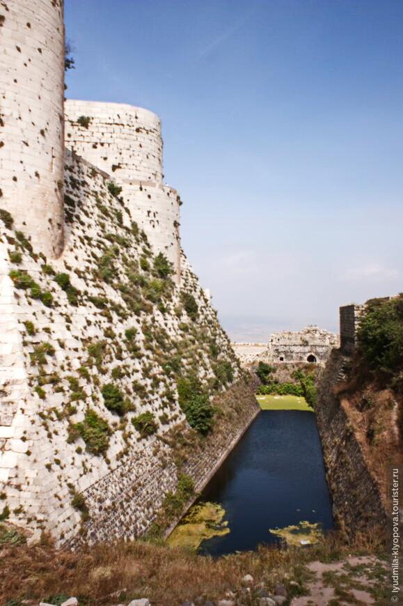 Замок был окружён рвом с водой, а запасы питьевой воды, предназначенные на случай долгой осады, хранились в специальных ёмкостях, расположенных в нижнем дворе.