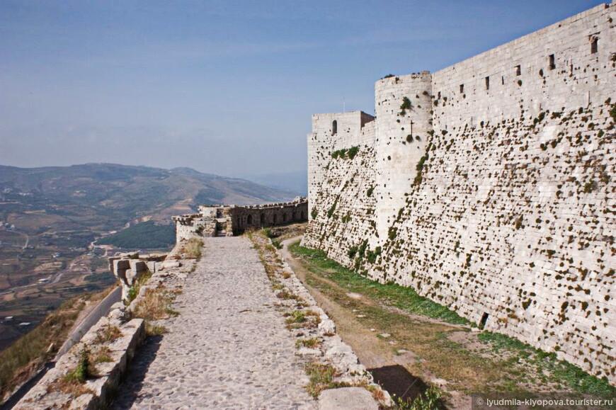 Это всемирно известная крепость Крак де Шевалье. С ней связаны очень яркие эпизоды истории. Одновременно с цитаделью Салах ад-Дина , в 2006 году, Крак де Шевалье была включена в список Всемирного культурного наследия ЮНЕСКО.