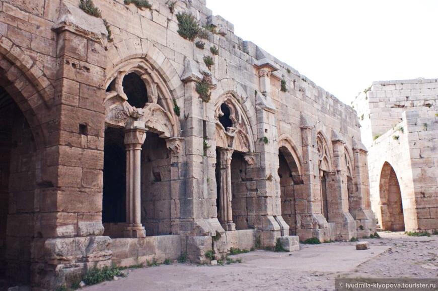 Большой зал Крака (длиной в 120 м) очень похож на залы капитулов цистерцианских монастырей, его двери и оконные отверстия выходили на крытую галерею, где летом под защитой толстых стен было прохладно.