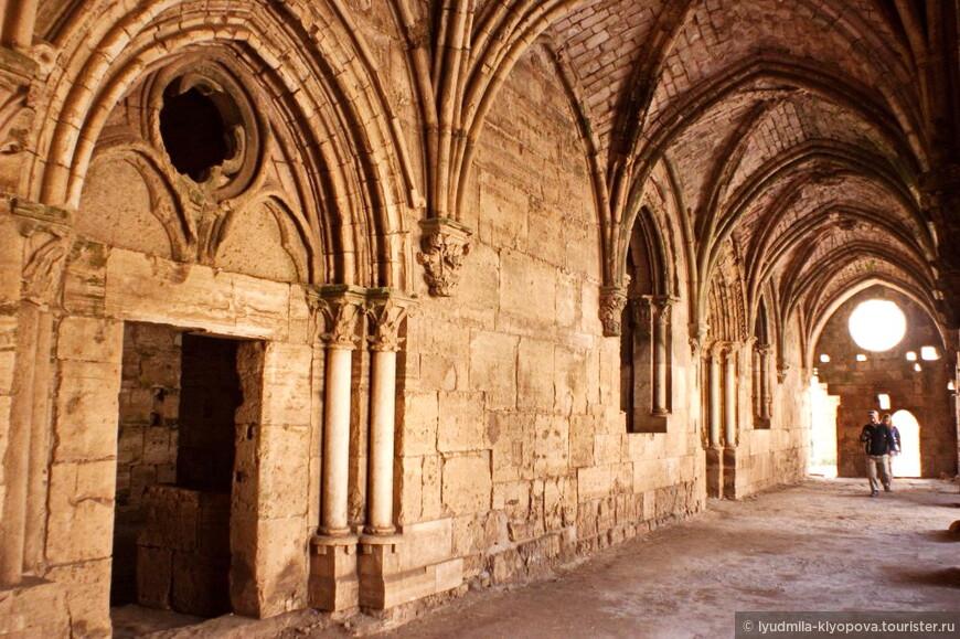 Своды с нервюрами, стрельчатые арки и тонкие колонны характерны для ранней европейской готики.