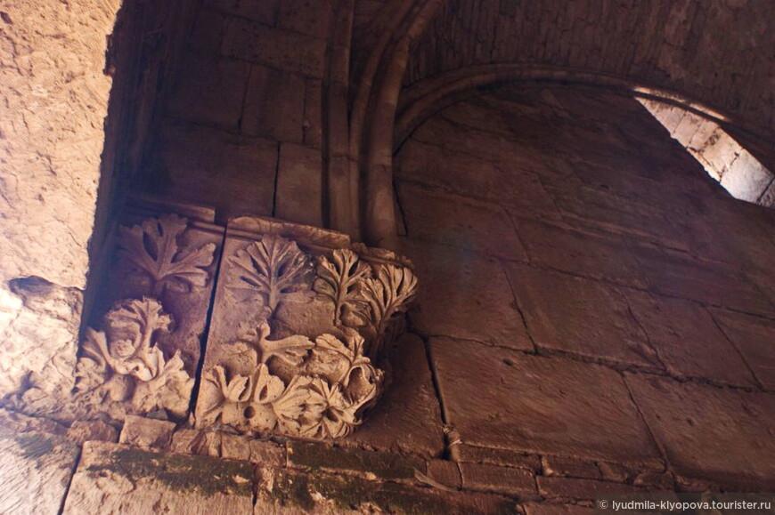 Думая об обороне, не забывали и о красоте. Внизу арки — тонкая каменная резьба с растительным узором.