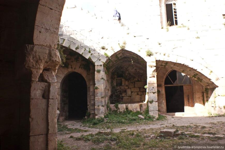 В подземельях верхнего двора имелись вместительные по размерам кладовые.