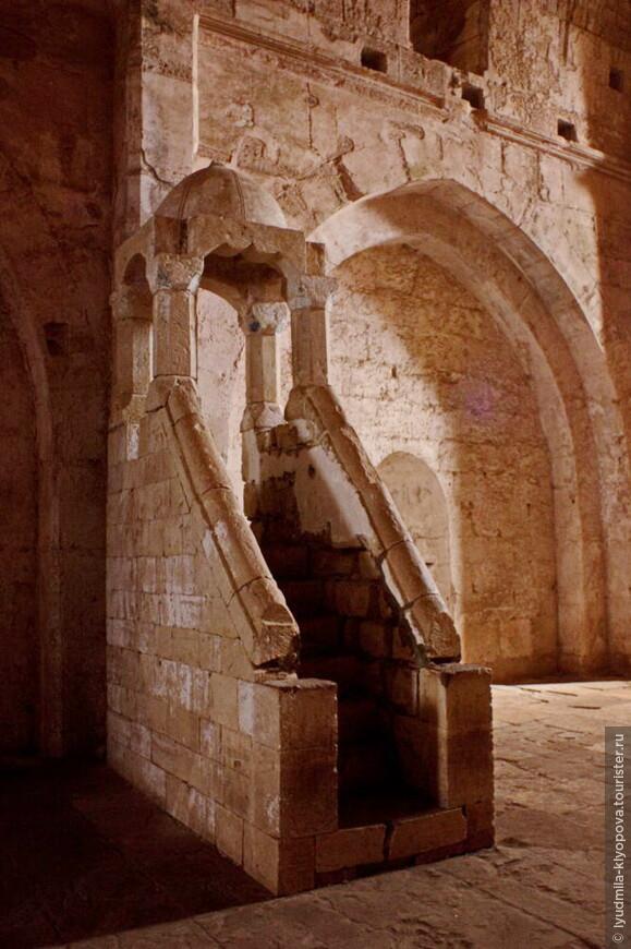 Минбар, с которого произносится проповедь во время пятничного намаза, в замке появился после возвращения его мусульманам.