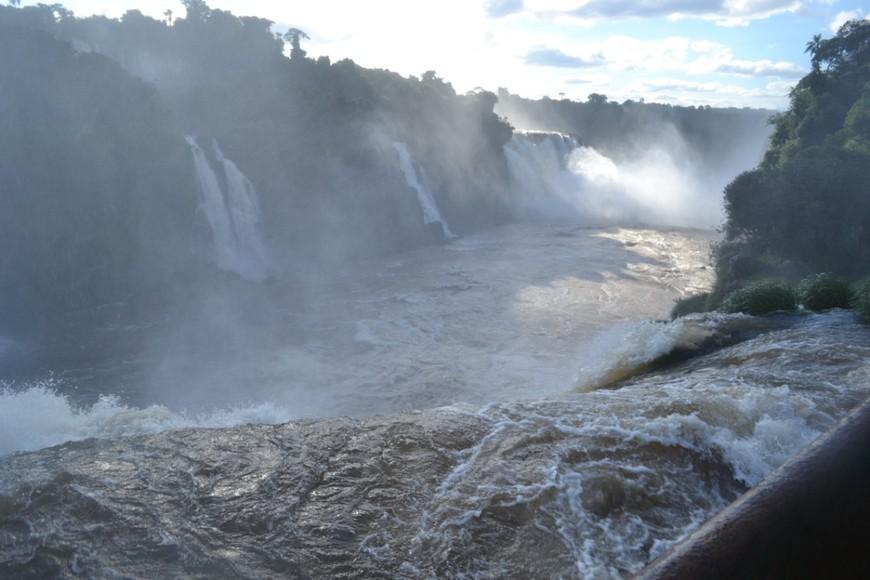 Десятки водопадов образуют бурлящий поток