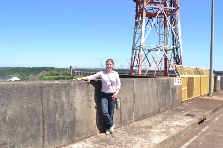 """На территории гидроэлектростанции Итайпу. Посередине этого моста проходит формальная граница между Парагваем и Бразилией (гидроэлектростанция находится в статусе """"бинациональной"""", поэтому граница чисто географическая, на функционировании станции никак не отражается)."""