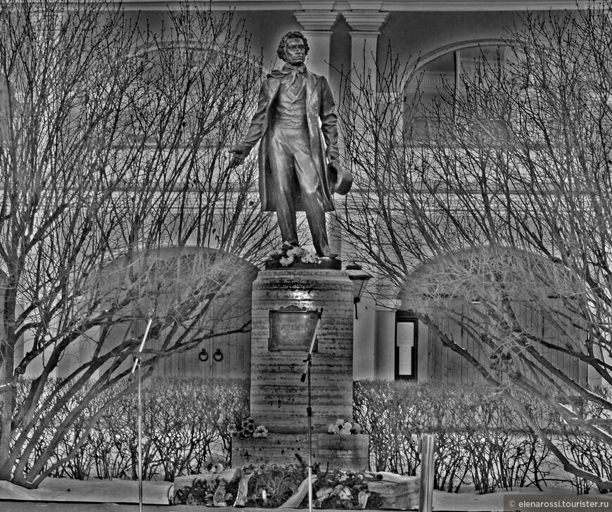 """""""На фоне Пушкина снимается семейство""""... Может быть день памяти - это тот день, когда не только хочется снизу вверх посмотреть на скульптурное увековечение, но заглянуть в себя, понять себя:  """"На фоне Пушкина снимается семейство. Как обаятельны, для тех, кто понимает, Все наши глупости, и мелкие злодейства, На фоне Пушкина..."""" А он смотрит на нас...  И вот уже оживает черно-белая память и краски жизни, пестрой и беспокойной, противоречивой, оживляют память и по-новому приоткрывают настоящее."""