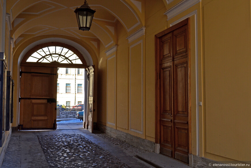 """А это вид с обратной стороны - со стороны двора. Вход в квартиру, которую снимала семья Пушкина был именно отсюда - из подъезда. Это было удобно В Петербурге почти всегда дождь, морось, и здесь было легко выскочить из кареты и перейти прямо в прихожую. Однако именно в эту дверь внес на руках, раненого поэта,  его дядька Никита Козлов, и отсюда его выносили в последний путь. Никита Козлов был крепостным, как и Арина Родионовна, был женат на дочери няни Пушкина Надежде Федоровне. В воспоминаниях есть эпизод, когда лицейский товарищ Пушкина  Модест Корф, оскорбил слугу Пушкина и тот пожаловался хозяину. Пушкин был так разгневан, что вызвал Корфа на дуэль, но Корф отказался, назвав случившееся """"безделицей"""". Да, Пушкин был горяч. Участвовал во многих дуэлях. Традиции, честь дворянина... Хотя дуэли и были уже запрещены. """"«Грустно тебе нести меня?» — спросил  Пушкин своего дядьку, превозмогая боль, когда тот нес его из кареты в дом... А через несколько дней именно Н Т. Козлов, вместе с А. И. Тургеневым выехал с телом Пушкина в Святогорский монастырь - ехал гроб обнимая..."""
