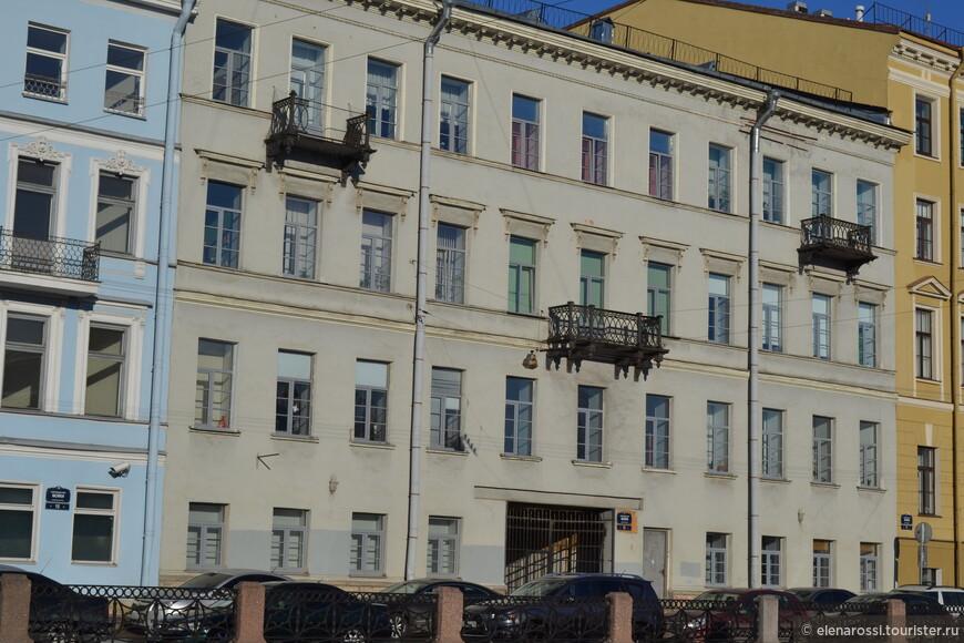А это дом, где располагалось конюшенное ведомство (тогда ведь были не гаражи, а конюшни). И вроде бы именно здесь поселился юный Пушкин с дядей, когда приехал поступать в лицей - здесь сдавались квартиры в наем...