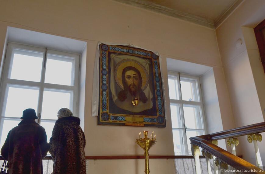 Народ шел на панихиду, которая традиционно служится в этом храме, на панихиду по Пушкину.