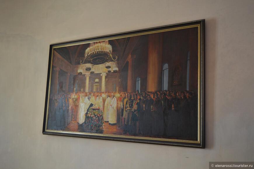На стенах храма по обе стороны от извилистой лестницы - поэтому трудно фотографировать, расположены две картины - одна из них изображает момент отпевания поэта.