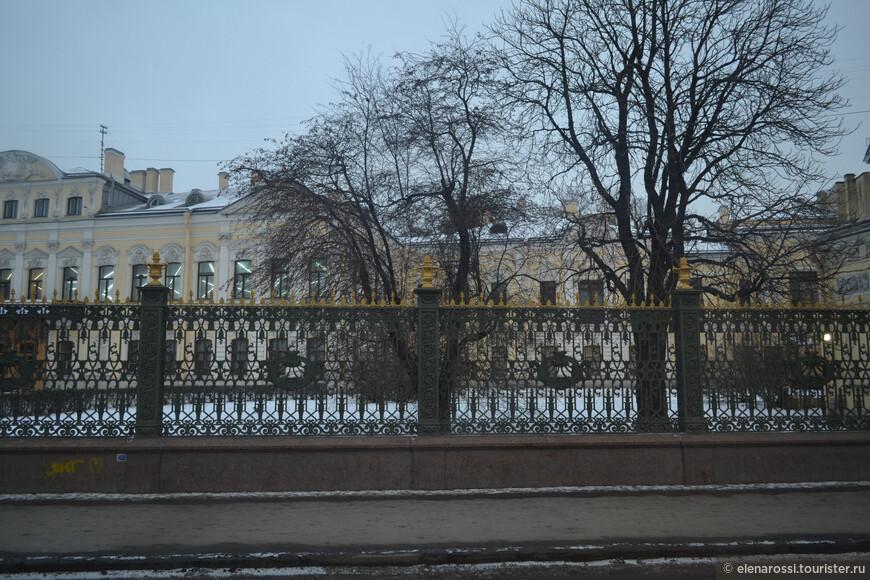 А это знаменитый Фонтанный дом... Целая история и не одна!  Шереметьев, Паша Жемчугова... Сын Жемчуговой был известным меценатом. Вот здесь на втором этаже флигеля работал художник Крамской и сюда Пушкин приходил, чтобы позировать художнику для своего  знаменитого портрета.