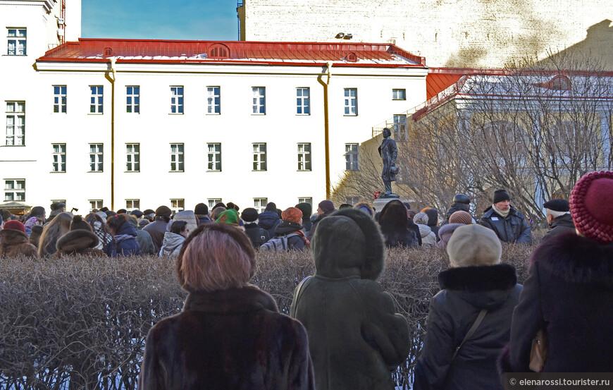 Среди собравшихся были и иностранцы, но они как-то слились с собравшимися, ведь сюда пришли люди, которые хотели почтить память поэта, а это сближает людей разных национальностей.