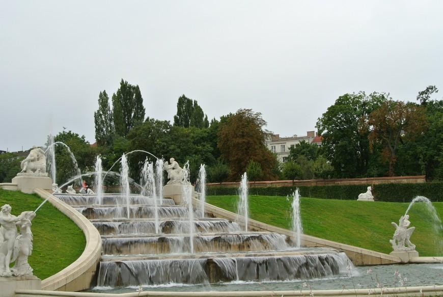 Восхитительный каскадный фонтан перед дворцом.