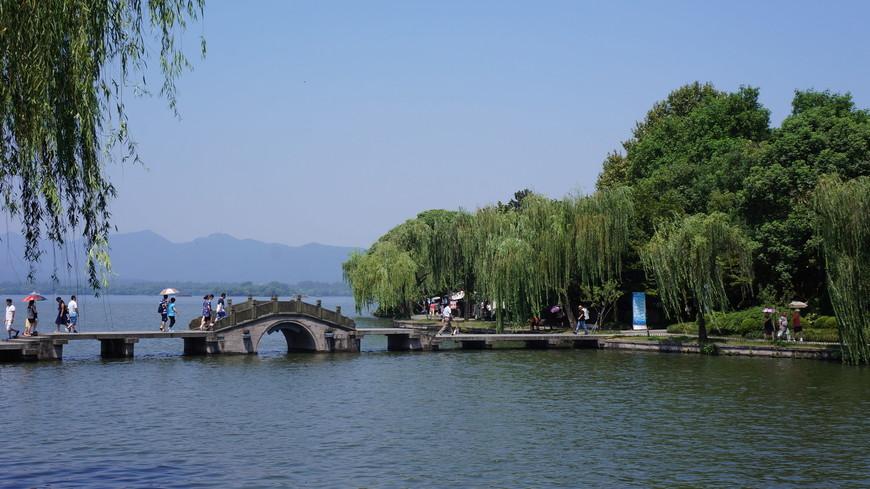 Многочисленные мостики.переходы,беседки и свисающие над водной гладью плакучие ивы фирменный вид этого места.