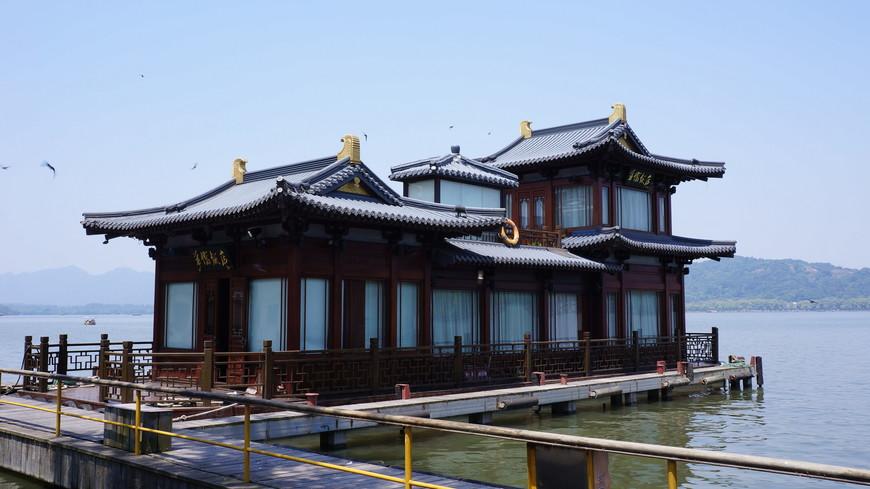 Плавучий ресторан стилизованный под традиционные постройки-сочетание полезного с приятным.