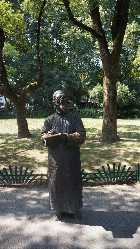 Как и в любом туристическом месте Китая парковая зона вокруг озера изобилует различными арт-объектами,скульптурами и т.д. Одни из них это памятники реальным людям.другие просто вариант оформления культурного пространства и возможность для фотографии на память.