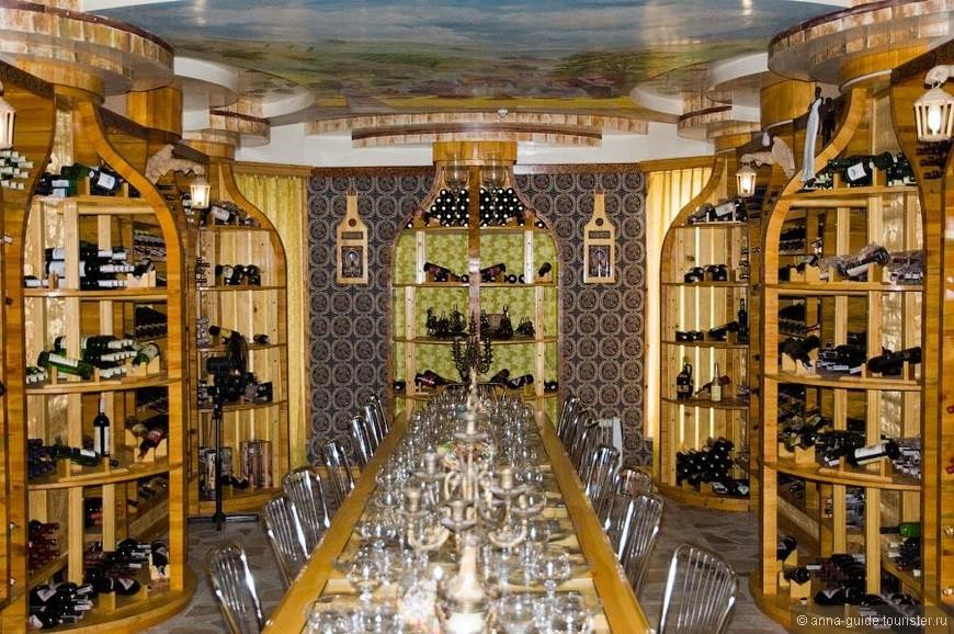 Музей Бутылка Вы когда-нибудь бывали в знаменитом Парижском музее Вина? Если нет, не беда, он и у нас есть. Здание музея само по себе уже достопримечательность, похожее на огромную бутылку, в котором красуется аппетитная коллекция алкогольных напитков, точнее говоря, бутылок и не только…Короче говоря, вина, водки и коньяка.