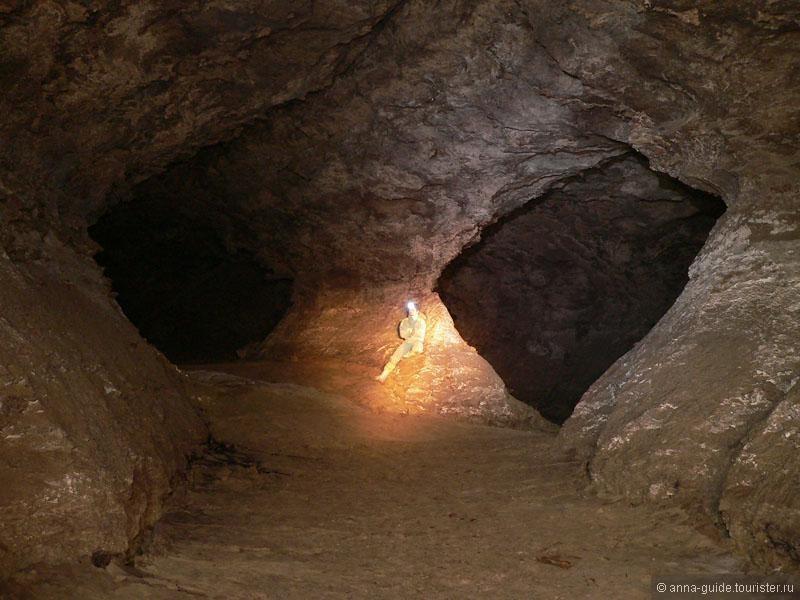 Пещера Золушка Знаменитая карстовая гипсовая пещера «Золушка», не просто самая большая в Молдавии, но и одна из крупнейших в Европе! Сталагмиты и сталактиты так и притягивают сюда спелеологов разных стран, чтобы изучить еще не исследованные 60% этой пещеры!