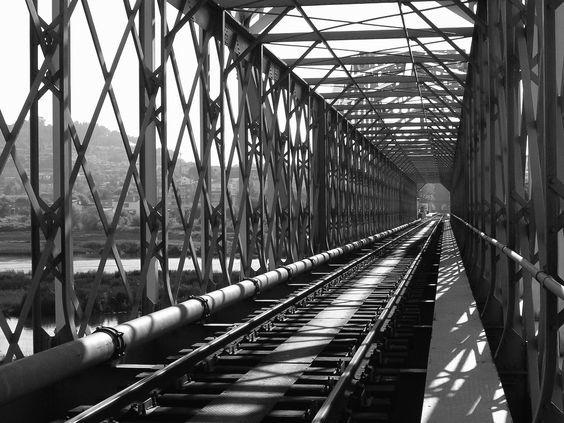Эйфелев мост Мост через реку Прут и контрольно-пропускной пункт между Молдовой и Румынией. Происхождение моста долгое время так и оставалась бы тайной, но в 1998 году с подачи унгенского школьника Кристиана Жосану, исследователи полезли в архивы и выяснили, что таки да — мост построен по проекту знаменитого Эйфеля. Сейчас по нему можно проехаться поездом либо на туристическом кораблике проплыть по реке Дунай прямо под ним.