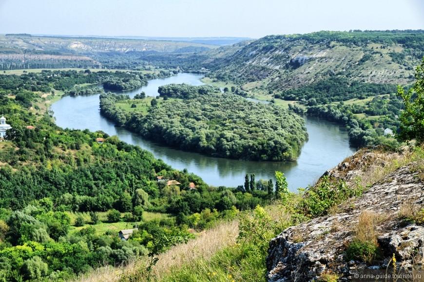 Наславча Село Наславча расположено на высоких живописных холмах и производит впечатление настоящего горного села. Наславча раскинулась на правом берегу Днестра и растянулась по дну глубокой долины более чем на 7 километров.