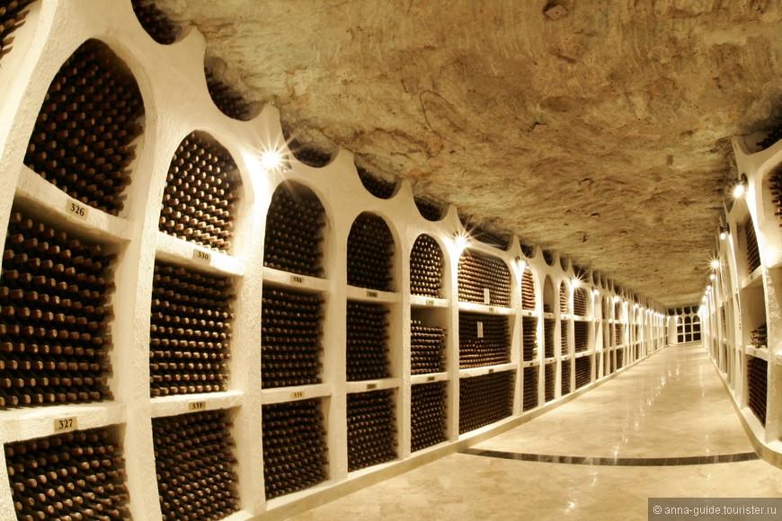 Винные подвалы Криково В Молдове множество достопримечательностей, так или иначе связанных с вином. Но одна из них является особенно выдающейся. Это винные подвалы небольшого городка Криково. Как утверждают местные жители, это самые большие винные погреба в мире, и у нас нет оснований им не доверять, ведь подземные галереи простираются примерно на 120 км. Это настоящий подземный город, улицы которого носят названия известных сортов вин, а экскурсии проводятся на специальных электромобилях. Здесь хранится коллекция вин, состоящая более чем из миллиона бутылок — не только молдавских, но и уникальных испанских, итальянских, французских вин. Потрясающие размеры и красоты подземных галерей могут вскружить голову даже опытным туристам, тем более что и тут не обходится дело без дегустации