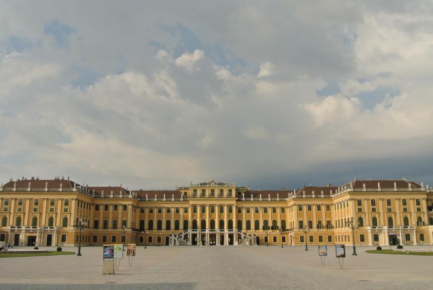 """Дворец Шенбрунн – это бывшая летняя резиденция императрицы Елизаветы, знаменитой """"Сисси"""". Этот дворец относится к числу красивейших в Европе архитектурных сооружений. Украшениями этого дворцового комплекса являются великолепный парк, Пальмовый домик, павильон Глориетта и зоопарк. Это именно то место, в котором стоит провести целый день, осматривая залы дворца и гуляя по просторному парку."""