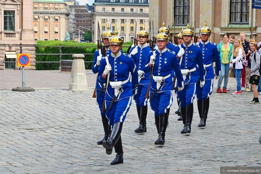 Проходя мимо Королевского дворца, я попал на развод Королевских гвардейцев...