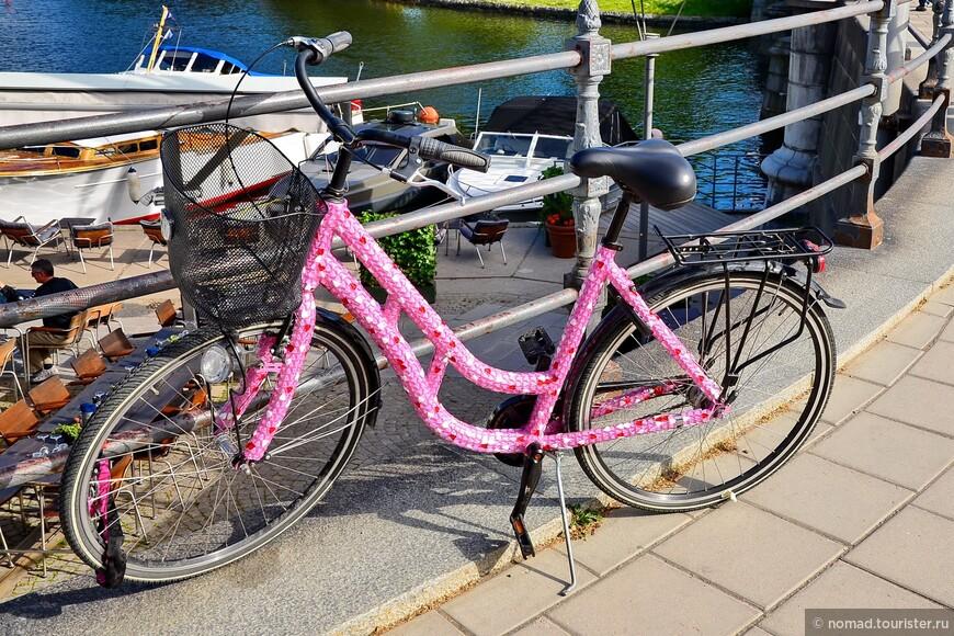 Такой вот скандинавский дизайн... ))) Интересно было бы посмотреть на хозяйку этого гламурного велосипеда... ))