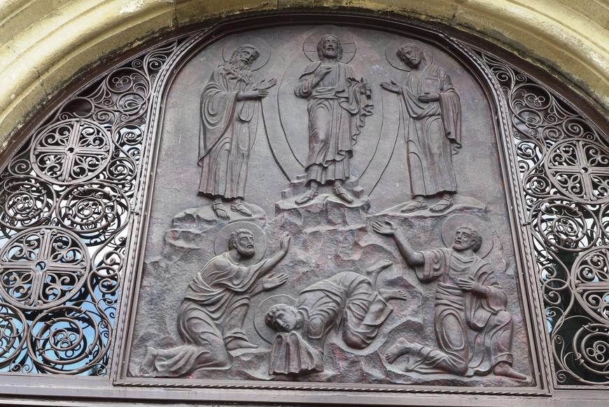 Монастырь Самтавро хранит множество святынь: ежевичник святой Нины (Маквловани), часть Животворящего Столпа Светицховели, чудотворные иконы Божией Матери «Иверская» и святой Нины, мощи святого Абибоса Некресского и Шио Мгвимского…