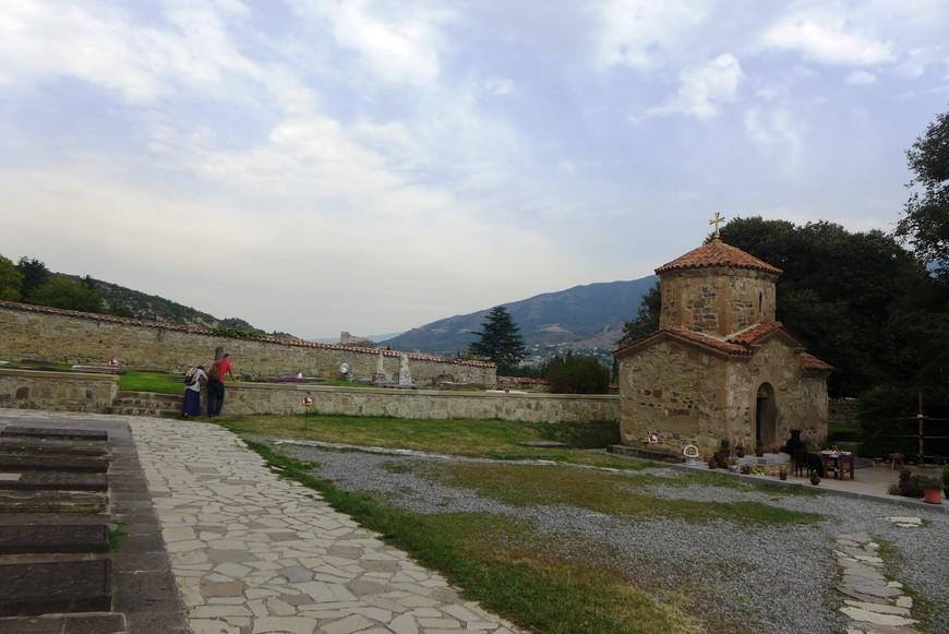 Сейчас в монастыре до 40 монахинь и послушниц. Встают они рано и уже в 4 часа утра начинаются молитвы.