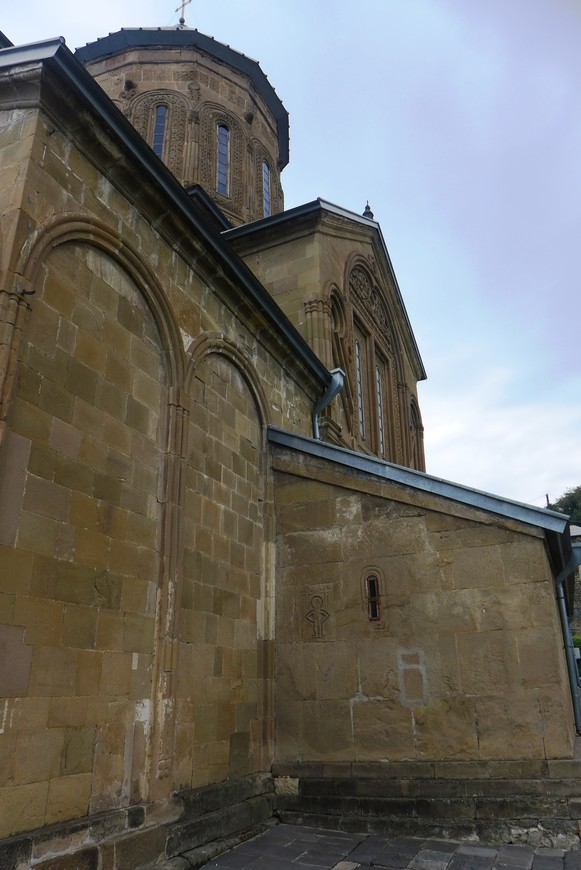 Преображенский Собор освящен во имя Преображения Господня, был построен святым царем Мирианом спустя четыре года после возвращения из Бодбе с похорон святой равноапостольной Нины.