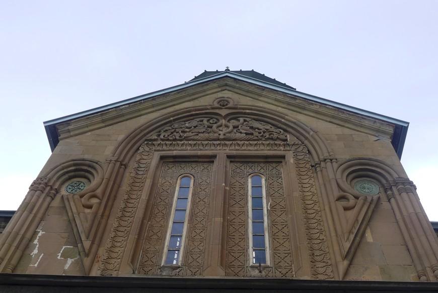 Храм служил усыпальницей предстоятелей Грузинской Православной Церкви; традиция идет от его строителей – сам святой царь Мириан и его жена, святая Нана, первыми были похоронены здесь по праву первосвятителей Грузии.