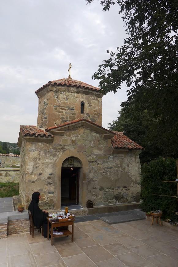 «Малый» храм монастыря – «малая» церковь святой Нины (Маквловани) – самый древний храм Мцхеты, построен он в первые годы после крещения Грузии, тогда же, когда были возведены и первые, ныне исчезнувшие, церкви на местах будущих соборов Светицховели и Самтавро.