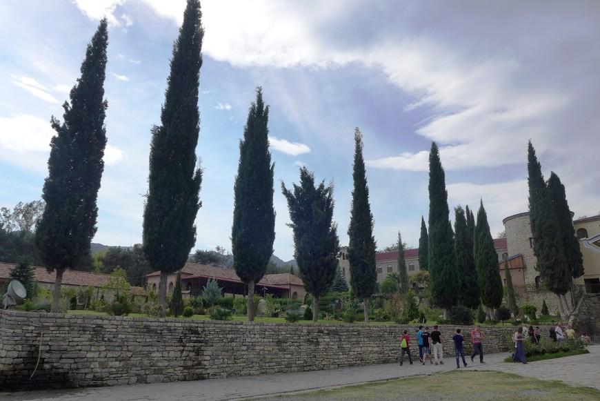 Это вид от Собора в сторону монастырских стен.