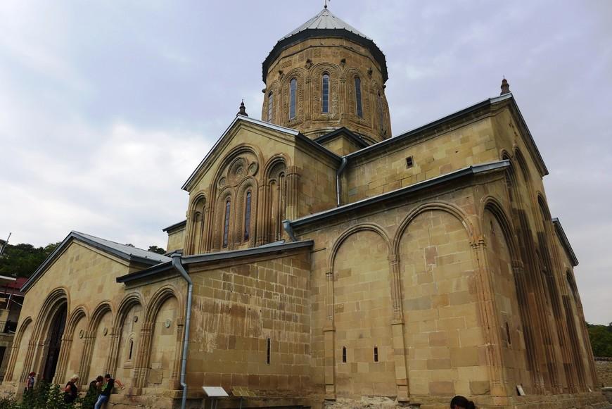 В Самтаврском монастыре многое связано с личностью человека, известного сейчас как Святой гавриил Самтавийский. Он родился в Тбилиси в 1929 году, и был известен тем, что построил церковь во дворе своего дома в квартале Исани. Церковь существует по сей день. В 1955 году он принял монашество под именем Гавриила. В 1971 году он стал настоятелем Самтаврийского монастыря. Он поселился в большой круглой башне, около собора,  был очень известен в Грузии, и к нему всегда приходило много народу.