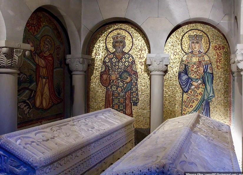 """Кстати с Мирианом, его женой Нанойт и святой Нино связана одна интересная история.  Святая Нина исцелила от тяжкого недуга грузинскую царицу Нану, которая, приняв святое Крещение, из идолопоклонницы стала ревностной христианкой . Несмотря на чудесное исцеление супруги, царь Мириан, внимая наущениям язычников, готов был подвергнуть святую Нину жестоким мучениям. """"В то самое время, как вымышляли казнь святой праведнице, померкло солнце и непроницаемая мгла покрыла место, где находился царь"""". Царь внезапно ослеп, а пораженная ужасом свита начала умолять своих языческих идолов о возвращении дневного света. """"Но Армаз, Заден, Гаим и Гаци были глухи, и мрак умножился. Тогда устрашенные единогласно воззвали к Богу, Которого проповедовала Нина. Мгновенно рассеялся мрак, и солнце осветило всё своими лучами""""."""